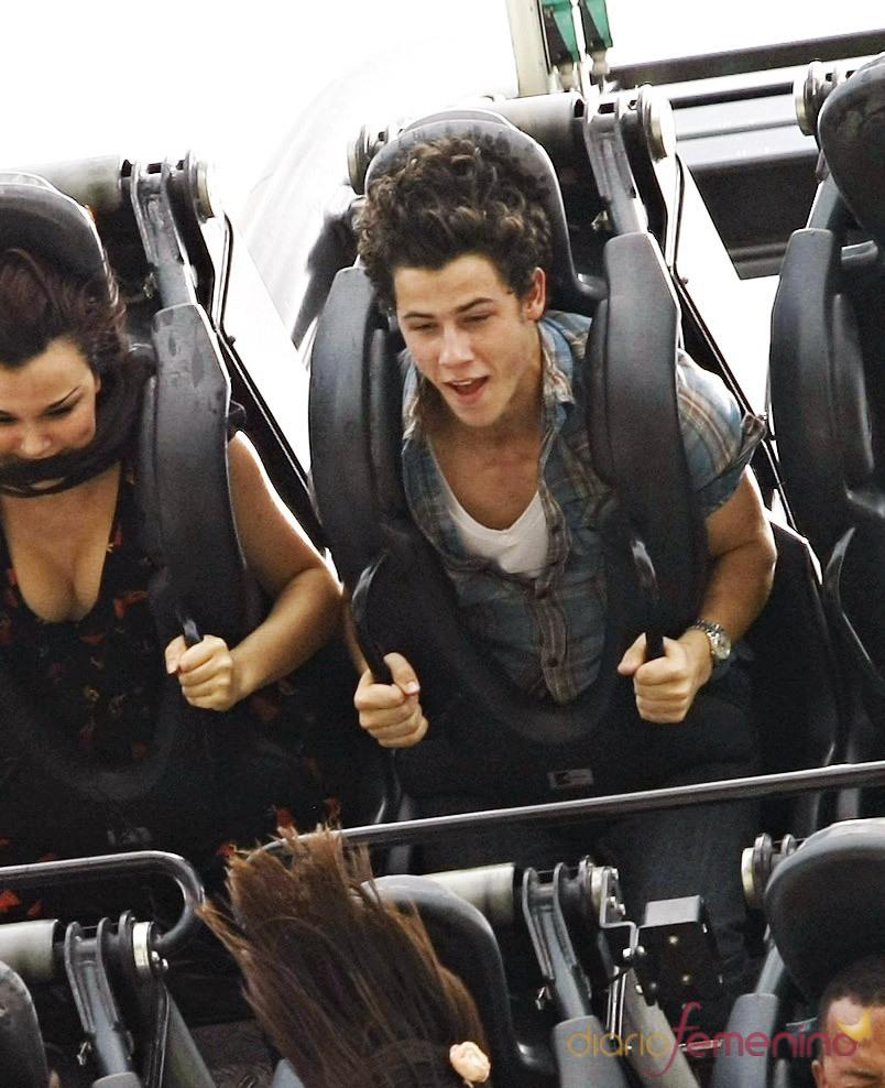 Nick Jonas y Lucie Jones en la montaña rusa