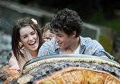 Nick Jonas se divierte con Lucie Jones