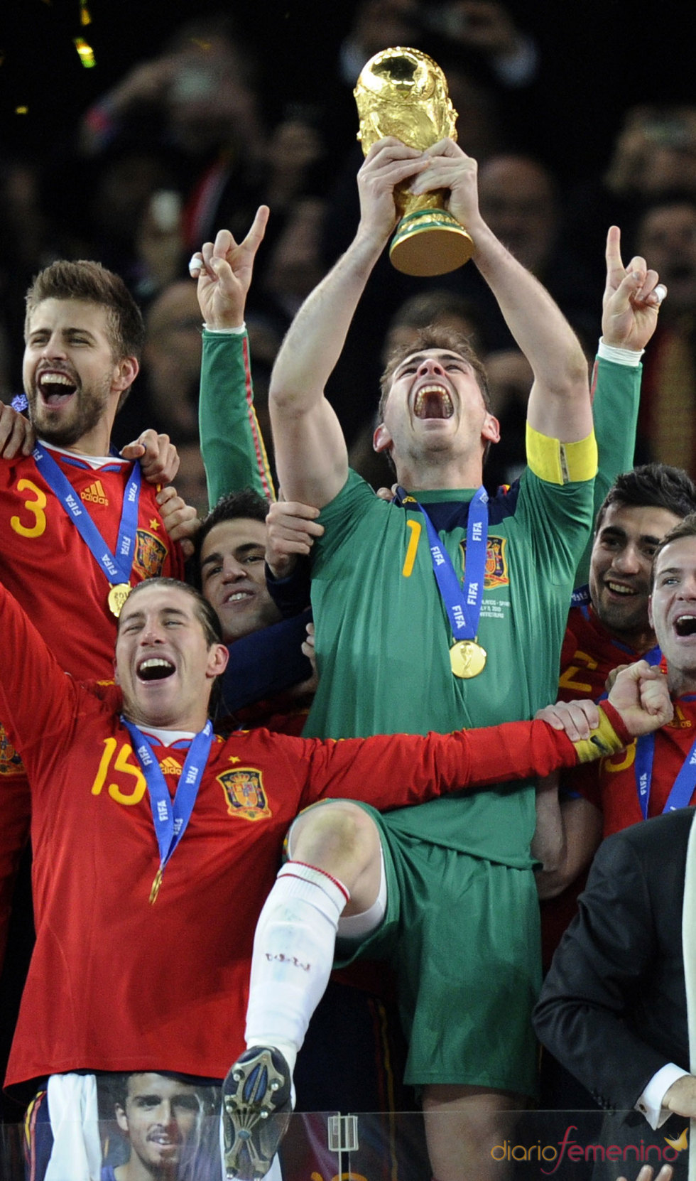 Iker Casillas celebra con los compañeros el Mundial 2010
