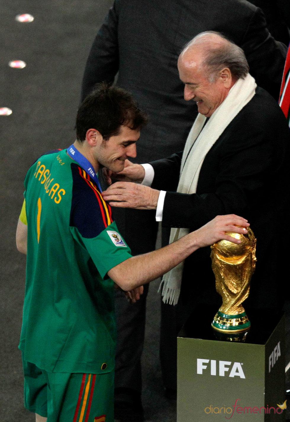 Iker Casillas acaricia la Copa del Mundo de fútbol