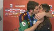 Beso de Iker Casillas y Sara Carbonero tras la final del Mundial 2010