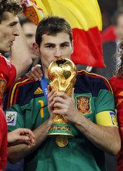 Iker Casillas besa la Copa del Mundo