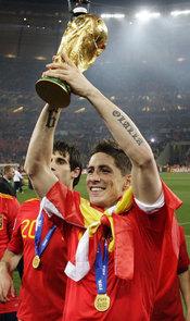 Fernando Torres con la Copa del Mundo de fútbol