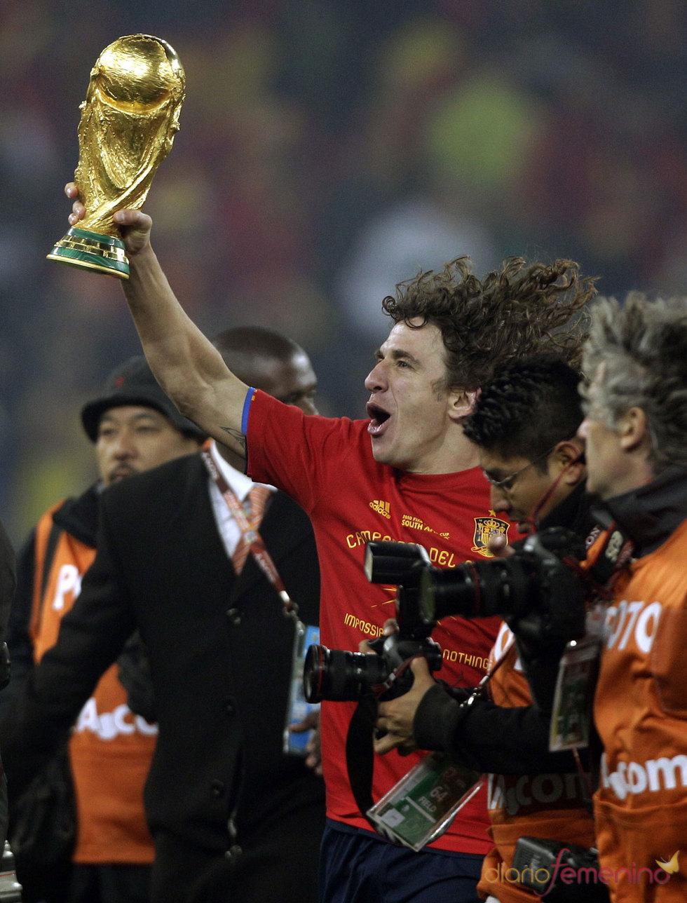 Puyol celebra con la Copa del Mundo de fútbol