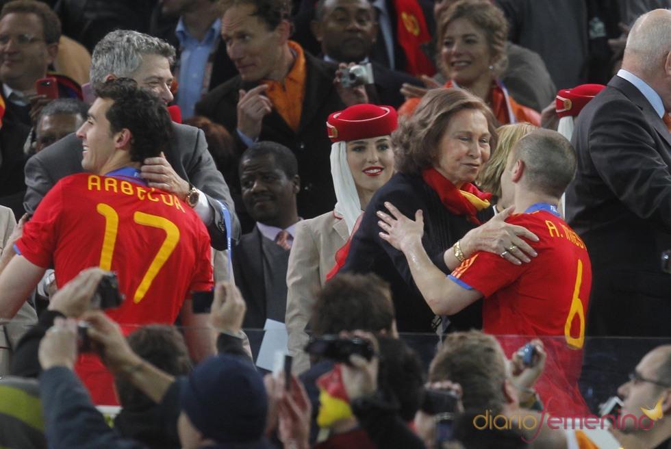La reina Sofía abraza a Andrés Iniesta