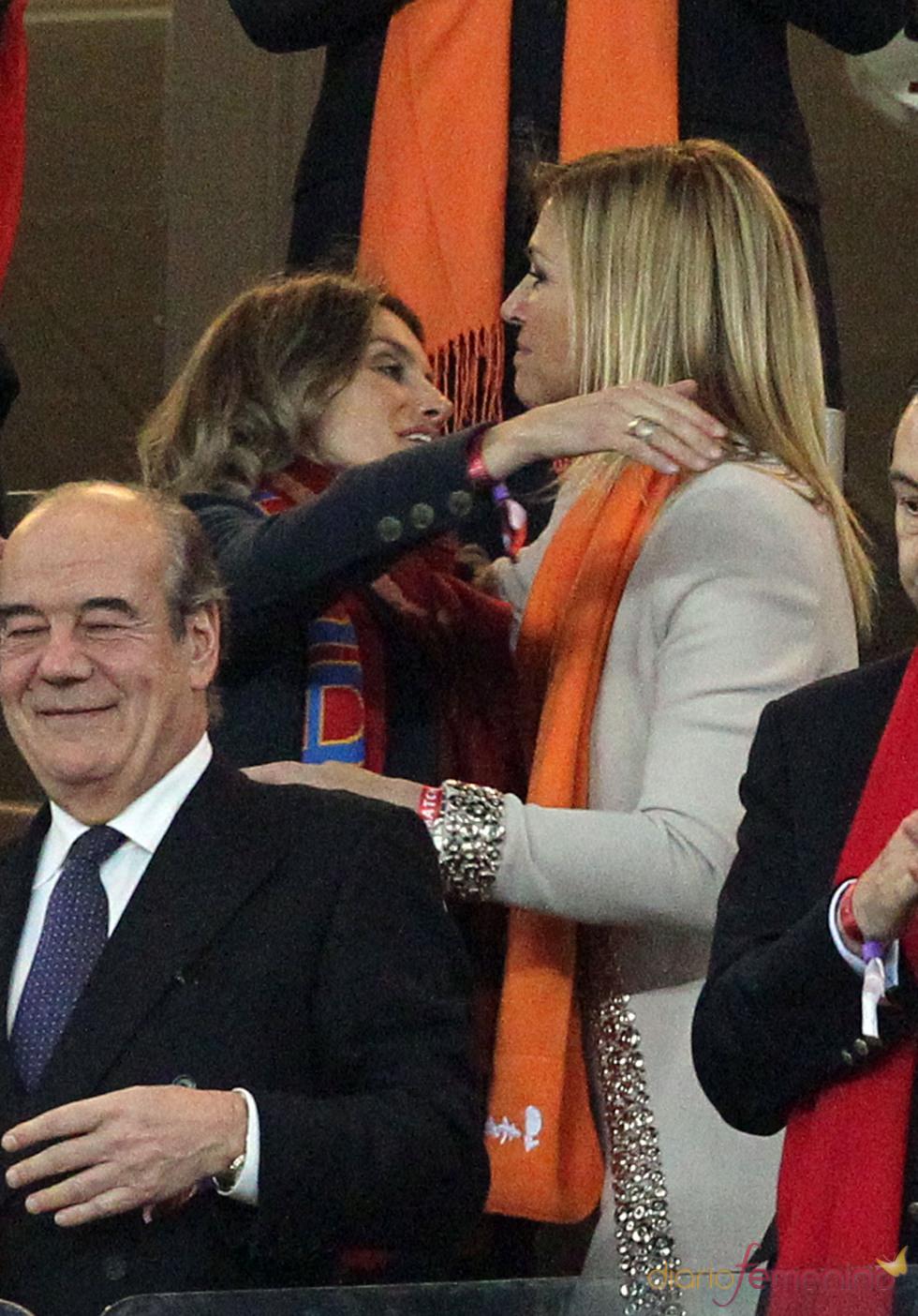 Letizia abraza a Máxima Zorreguieta en la final del Mundial