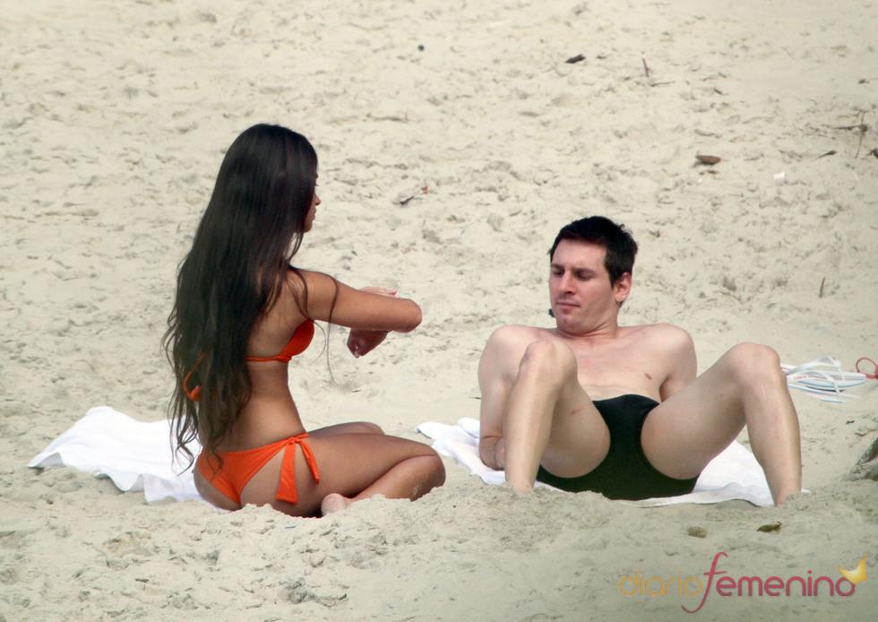 Leo Messi y Antonella Rocuzzo en la playa