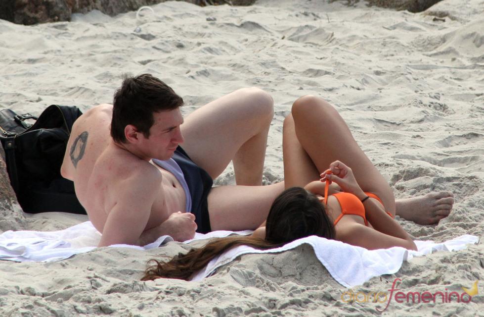 Leo Messi enseña tatuaje y novia