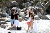Leo Messi y Antonella Rocuzzo, con los fans en la playa