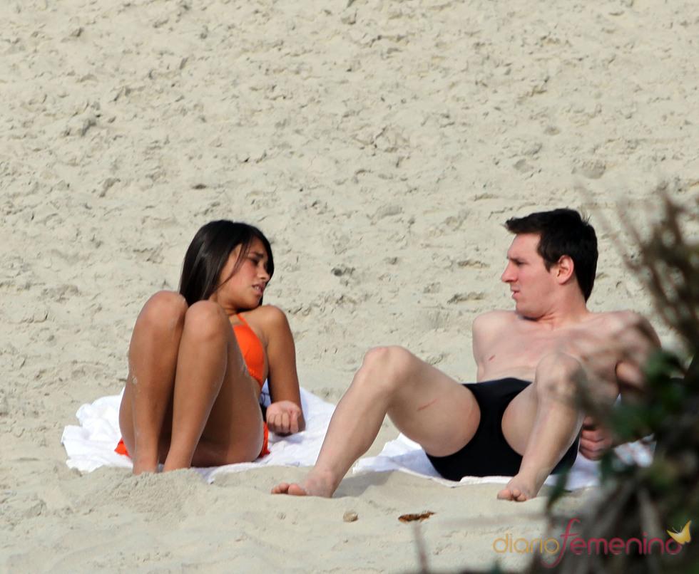 Leo Messi y Antonella Rocuzzo, en una playa de Rio de Janeiro
