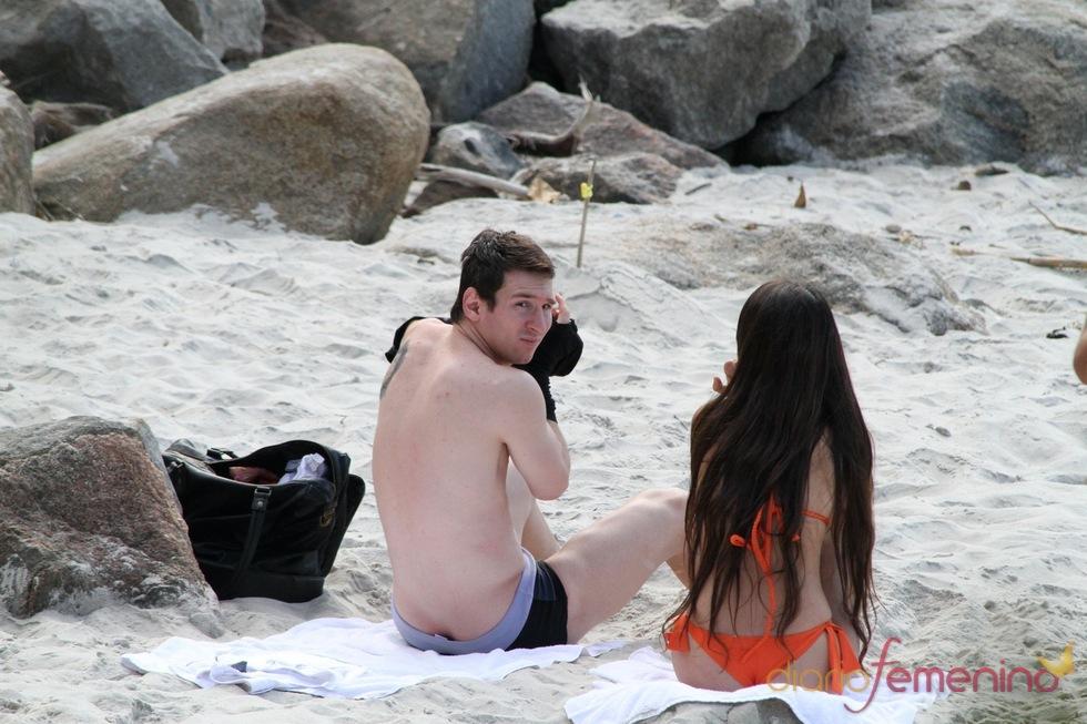 Leo Messi enseña la hucha en la playa