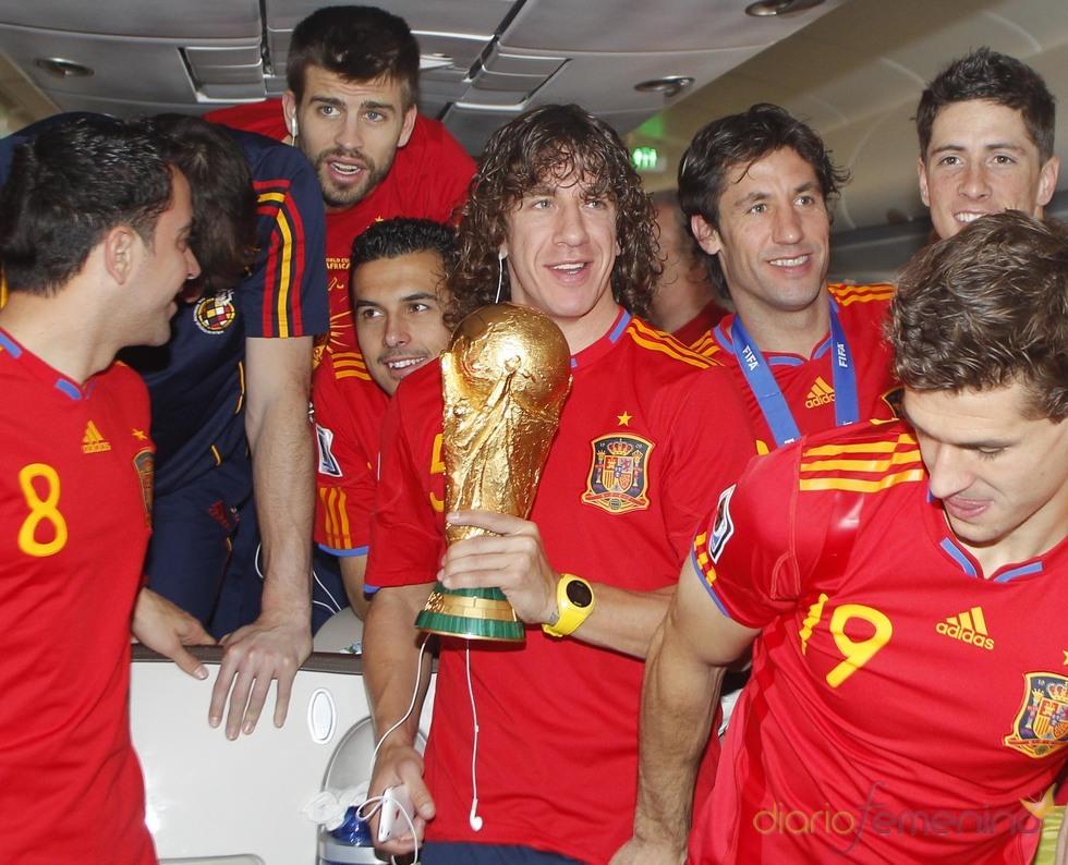 La selección, con la copa del mundo en el avión