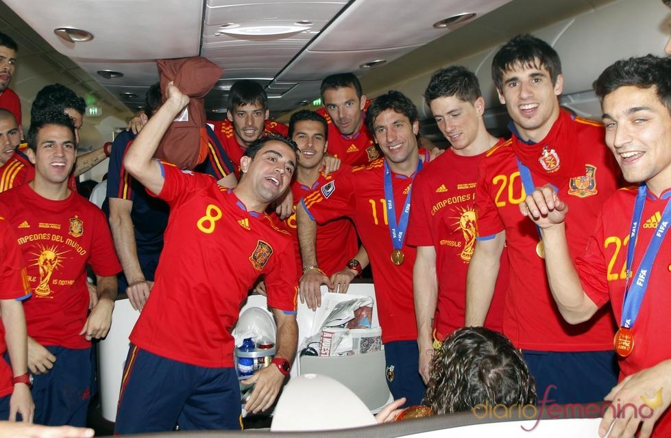 La selección española regresa de Sudáfrica con la copa del mundo