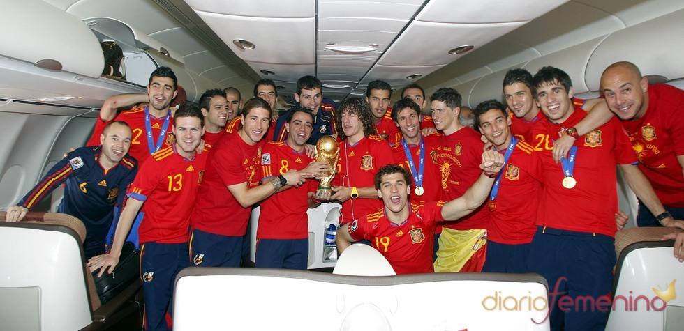 'La Roja' levanta la Copa del Mundo en el avión de regreso
