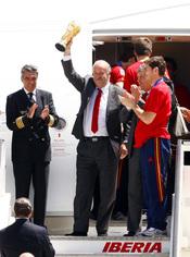 Vicente del Bosque alza la Copa del Mundo en Madrid