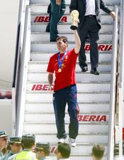 Iker Casillas levanta la Copa del Mundo en España