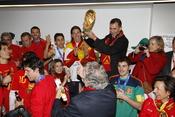 El príncipe Felipe alza la Copa del Mundo