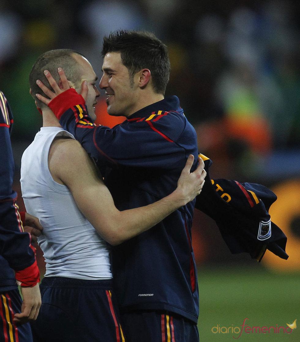 David Villa besa a Iniesta tras el gol contra Holanda en la final del Mundial