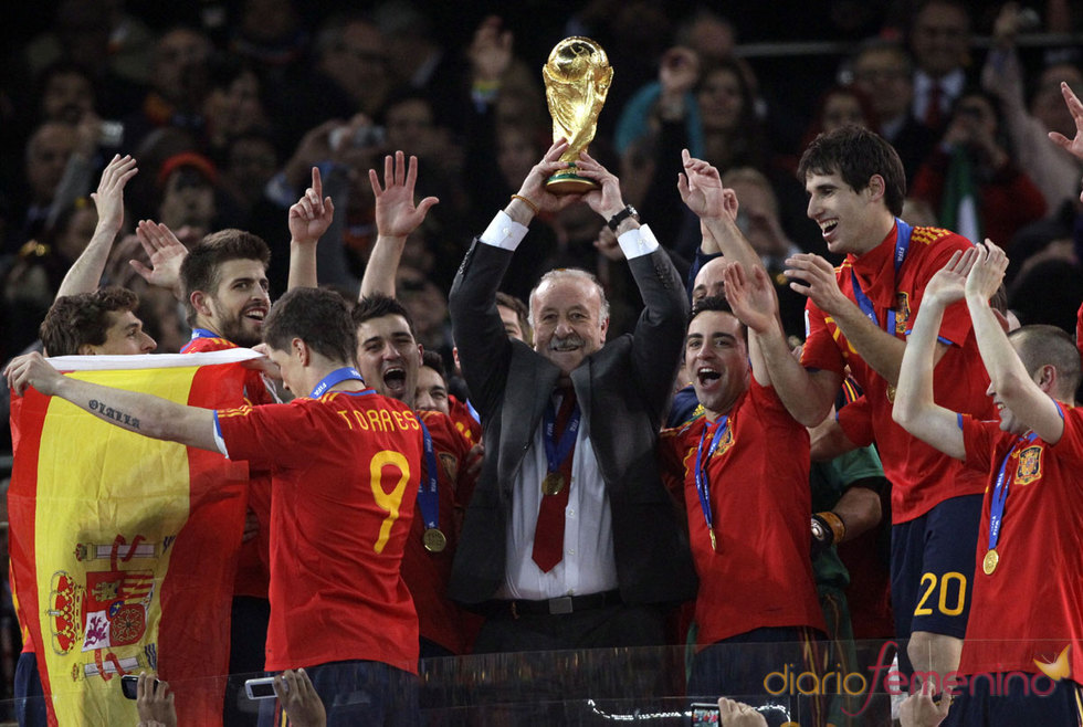 Vicente del Bosque levanta la Copa del Mundo de fútbol en Sudáfrica