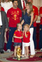Las Infantas Leonor y Sofia y la Princesa Letizia con la Copa del Mundo