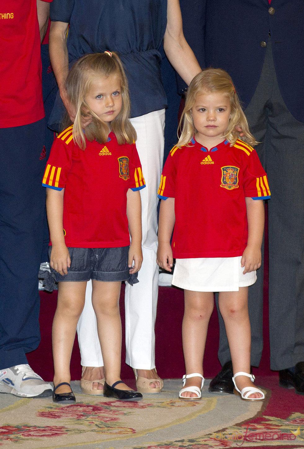 Las infantas Leonor y Sofía vestidas con la camiseta roja de España