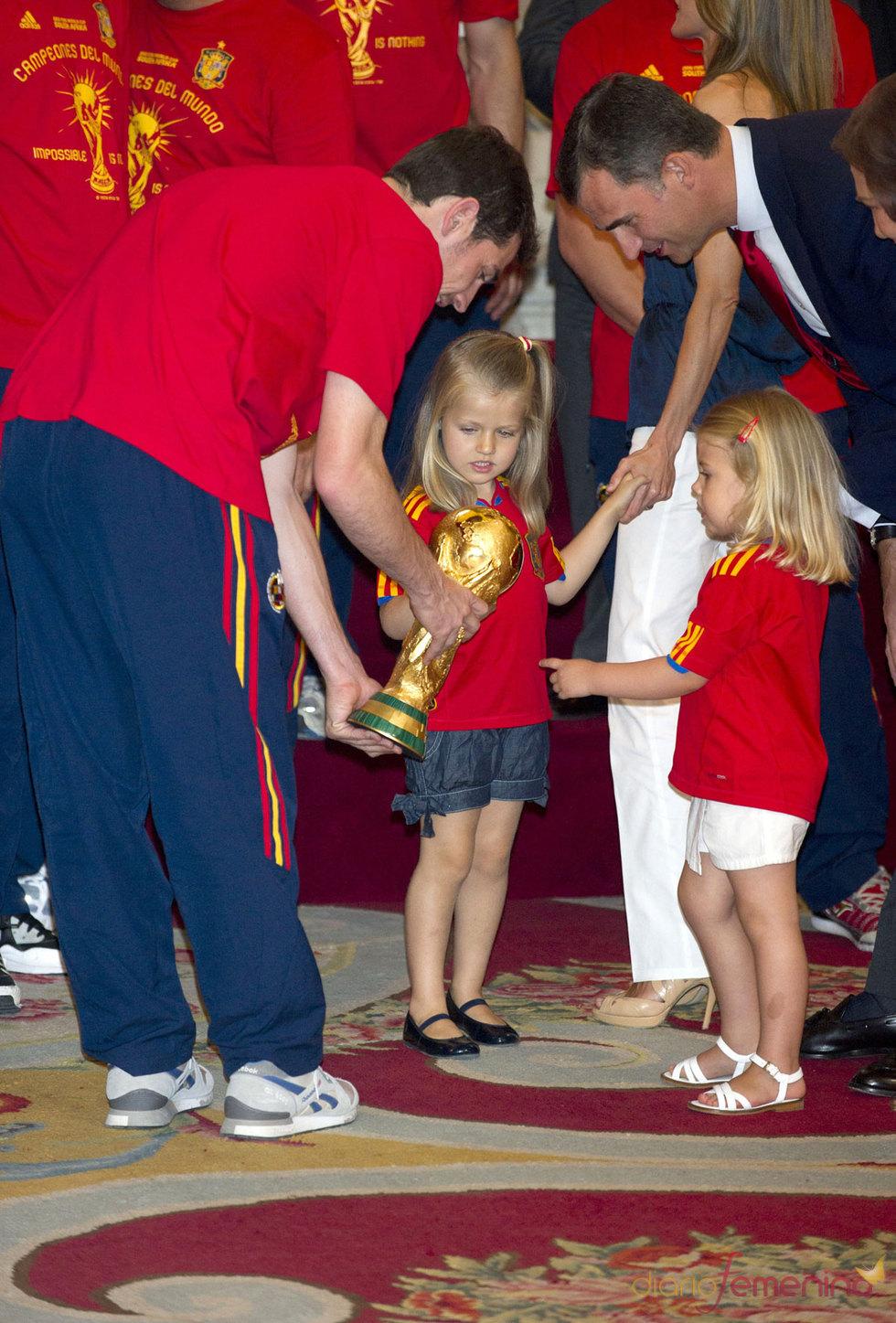Iker Casillas enseña la Copa del Mundo a las Infantas Leonor y Sofia