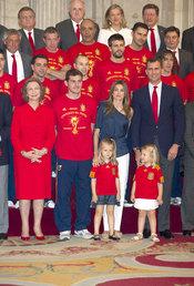 Las Infantas Leonor y Sofia con los campeones del mundo de fútbol