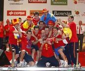 La selección española con la Copa del Mundo en Madrid