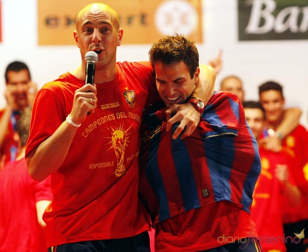 Pepe Reina y Cesc Fábregas celebran su triunfo en el Mundial