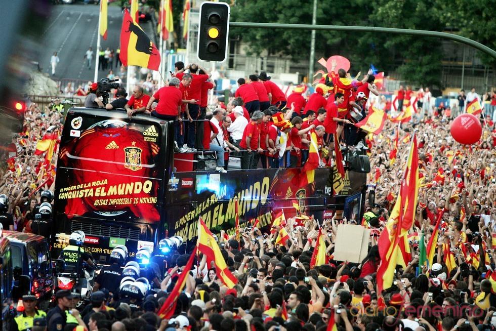 Miles de aficionados reciben a la selección española en Madrid