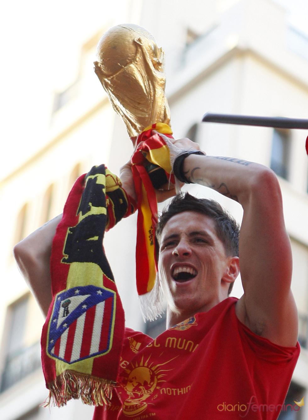 Fernando Torres, celebra el tirufo del Mundial con los españoles