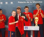 Andrés Iniesta regala a Zapatero una camiseta firmada