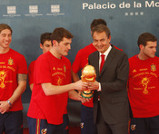 Iker Casillas entrega a Zapatero la Copa del Mundo