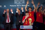Zapatero hace la ola a Iker Casillas en la Moncloa