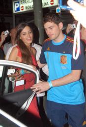 Iker Casillas y Sara Carbonero se meten en un taxi