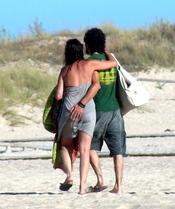 Melanie Olivares disfruta en la playa con su novio