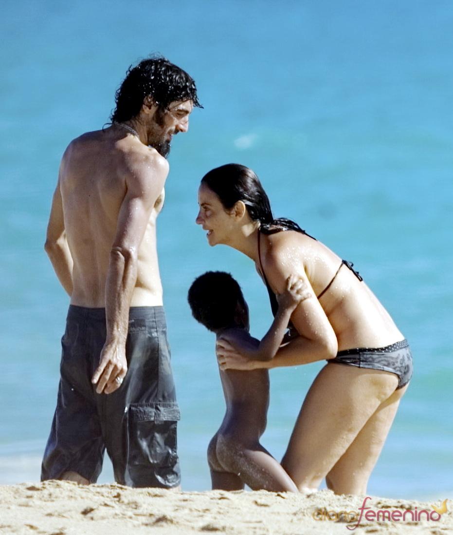 Melanie Olivares, en la playa con su novio e hija