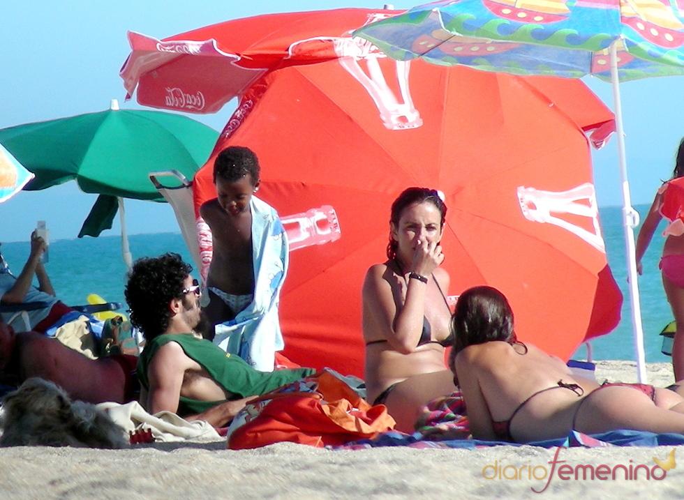 Melanie Olivares y su familia en la playa
