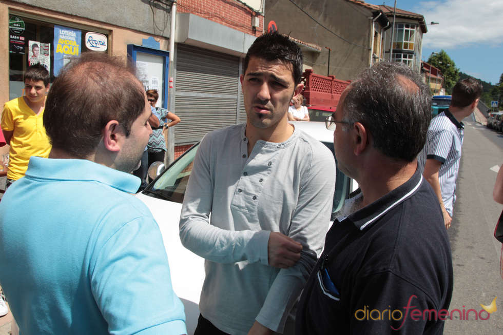 David Villa charla con unos amigos enTuilla