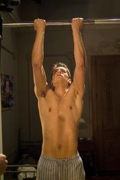 Martín Rivas hace ejercicio sin camiseta