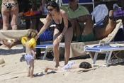 Ana Aznar, con sus hijos en la playa