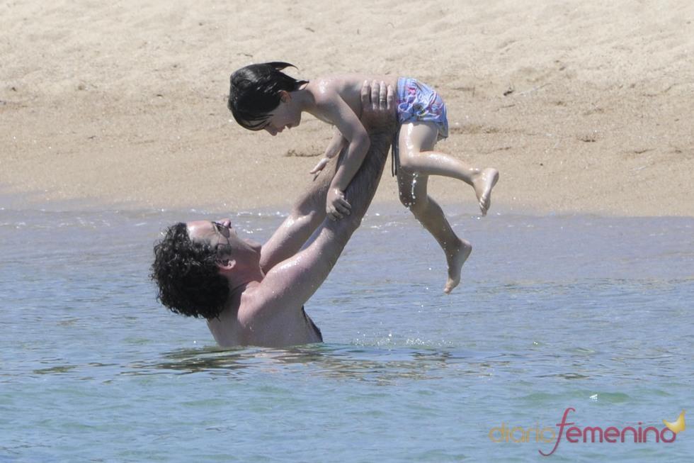 Alejandro Agag, con su hijo en el agua