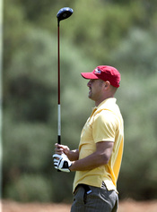 Pepe Reina, jugando al golff