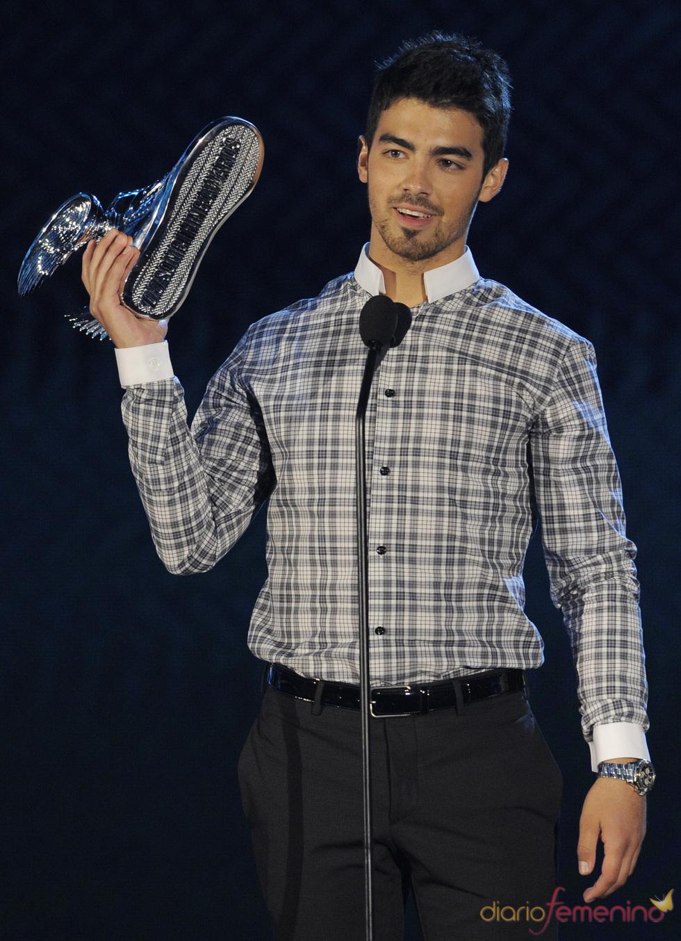 Joe Jonas triunfa en los premios Do Somethig