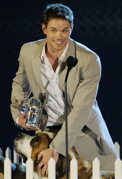 Kellan Lutz triunfa en los premios Do Somethig