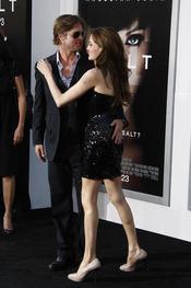 Angelina Jolie y Brad Pitt en el estreno de 'Salt' en L.A.