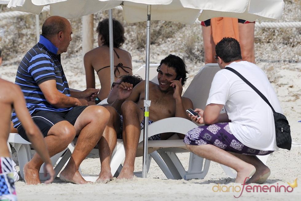 Rafa Nadal, de risas en la playa con amigos