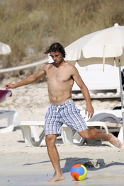 Rafa Nadal juega al fútbol en la playa