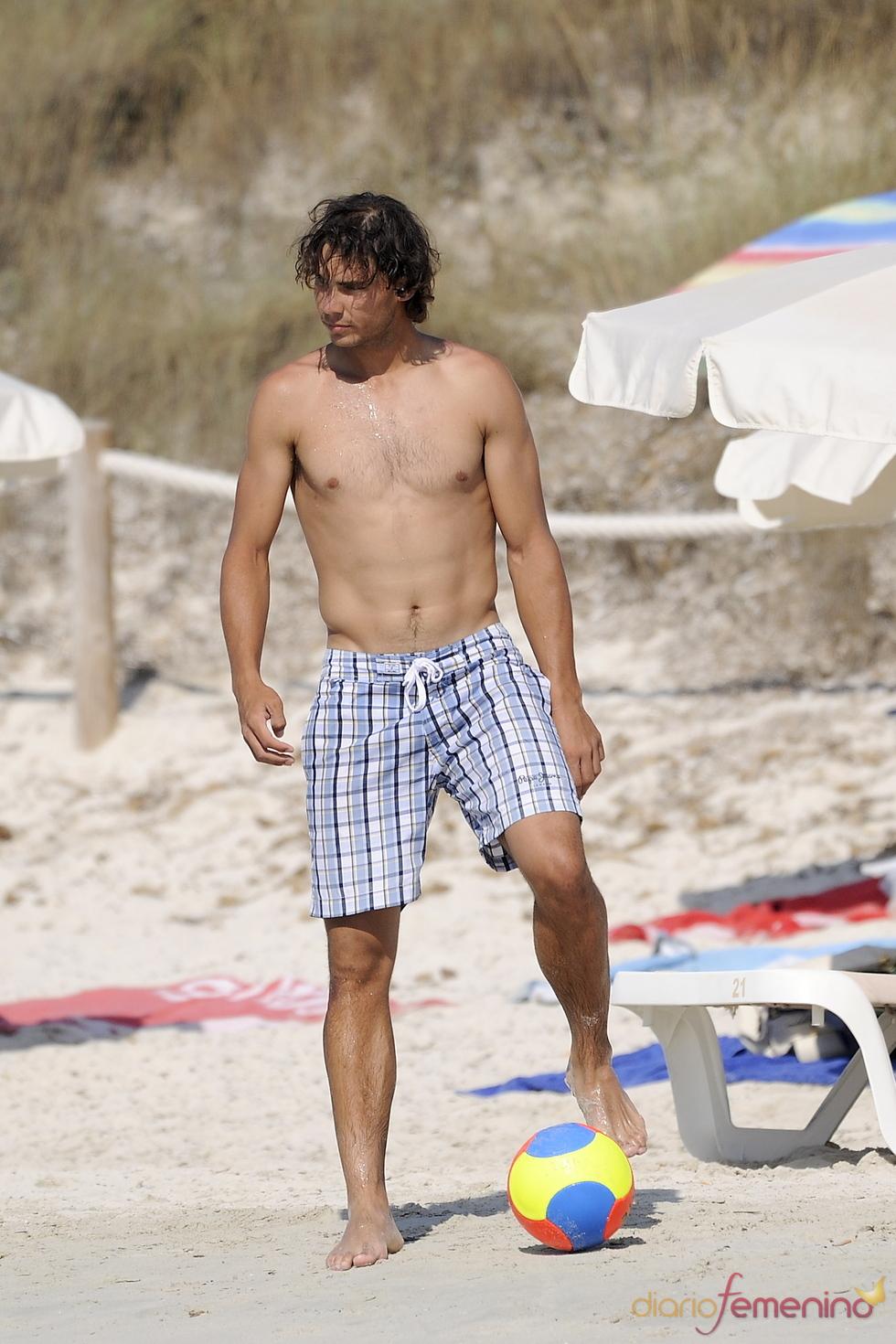 Rafa Nadal sin camiseta en la playa