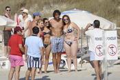 Rafa Nadal con unas seguidoras en la playa